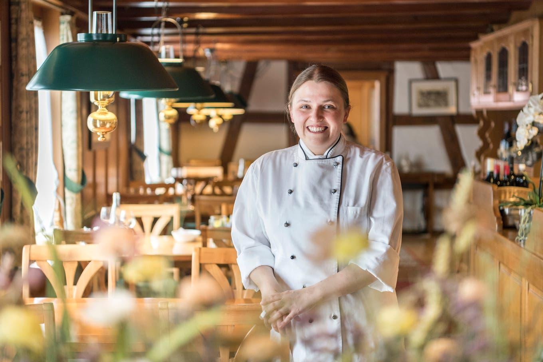Sabrina Bornhauser in der Gaststube der Wirtschaft zum Eigenhof in Weinfelden. Bild: Mario Testa